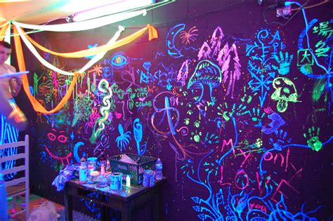 Blacklight room | Everyone gets to draw whatever they want